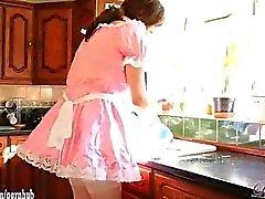 Cute трансвестита шлюх одеваются как Maids и имеют миньет партию