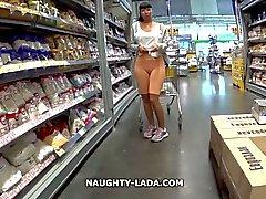 Cameltoe и мигание в супермаркете