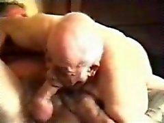 Vovô gay velho chupando homem maduro.
