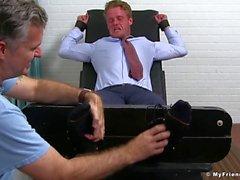 Bound uomo d'affari pezzo ha trattato i piedi ed il cazzo solletico