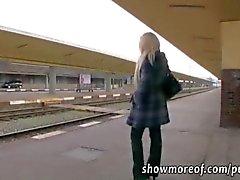 Rondborstige blonde babe neemt geld en creampied in een treintoilet