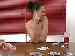 Brunette sexy di ragazza fuma di sigaretta