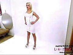 Mâle blonde teen cums à l'agence de casting