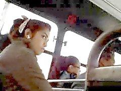 clignotant jeune fille timide regardant la tête de Dick le bus