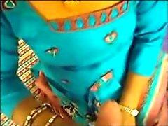 Indische Aunty 's hanjob aan haar BF