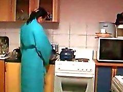 Ragazzo scopa il Cornea casalinga della A La Cucina