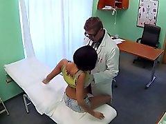 Arzt bumst sexy Patienten in einer abgehängten Klinik