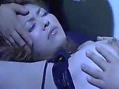 Знойная азиатка Леди есть два масках парни поцелуи и лаская