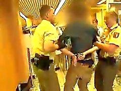 Arsch Variante junge Polizistin chapeau de einen geilen - Ass police bain à