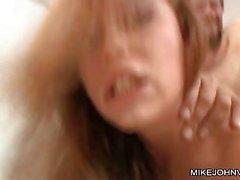 Brunette caldo con la figa pelosa si fa scuotere pecorina nella stanza