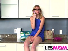 Les mom Veronica Avluv shares toys with Cali Sparks