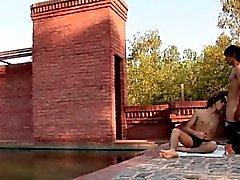 Sunbathing на берегу озера Twink заглатывает проходящего мимо