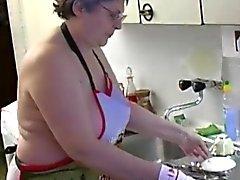 OmaPass Granny masturbano hairy utilizzare fica vibratore e cetrioli