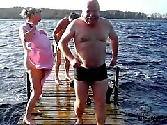 Durchschnittlichen Tages in Dänemark - Toplesses im See