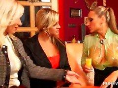 WAM threesome met vervelende lesbos likken kont