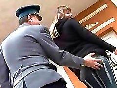 Oude politieman neukt vervelende tiener meisje