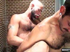 Волосатый медведь оральный секс и кончил