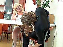 Genç Guy ile sarışın BBW - Anneanne