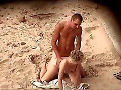 ragazzo con una hard cock pietra scopa sua fidanzata sulla spiaggia di