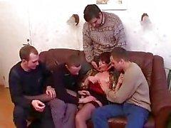 Mutter und Sohn Betrunkenen und fickt Freunden nach dem Fest