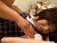 Sexy japonês em uniforme coberto em seu buraco peludo muff