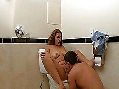 Tätowiertes Babe fickte in bathroom