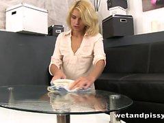 Karina Grand schmeckt und rollt in ihrer eigenen Pisse herum