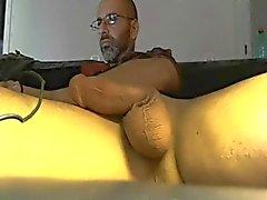 Oude paki man streelt zijn grote pik