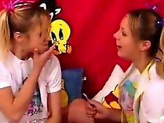 étudiant crépus jouer des jeux de rôles vilain portent des couches