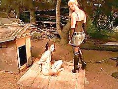 Hete meesteres spelen met jonge slavin