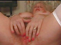 Coppia Granny tettona gioca con le la sua figa pelosa