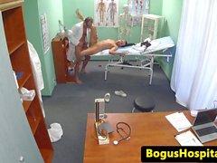 Kauniin hoitajalle perseestä työpöytä by lääkäriin
