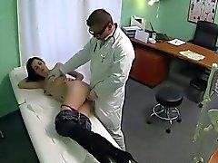 Tette piccole brunette Mature si fà scopare dal medico che