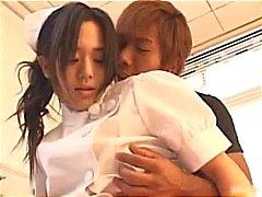 Asiatiska sjuksköterska visar upp söt part3