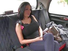 FakeTaxi Big boobed hatun arsız taksi şoförünün gropped göğüsleri alır