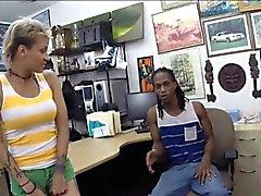 Pawnkeeper fottuta ragazza di un tipo nero al banco di pegni