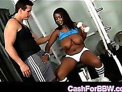 El ébano Gloriosa curvilíneo Aileen toma enormes de Dong blanca en la gimnasia