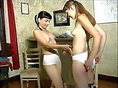lesbo koulutyttö selkäsauna