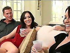 Langbeiniger und sexy Audrey überzeugte sie zögern Ehemann Zuschuss zum