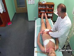 Factice un médecin Checz putain la blonde amateur