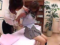 La bella ragazza ha un massaggiatore sexy piacere la figa con le