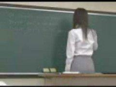 Professor japonês é pego por trás por um de seus alunos