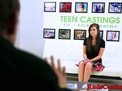 Audição de elenco brutal para adolescente difícil