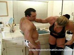 Kiukkuinen dominatrix isoilla lihakset hurts hänen puolisonsa oikeastaan bad