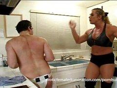 Büyük kaslar ile kızgın dominatrix kocasını gerçekten kötü acıyor