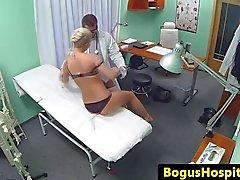Ona bir doktor tarafından fucked Busty spycam amatör