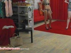 Backstagella haastattelua ja Strippaus Zoomaus joita Busty tšekki MILF