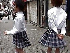 Два азиатских твинков в городе School Girls мундире говоря о веселого сексе