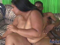 Delgado, uma mulher gordinha ebona, é pregada com força