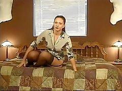 Brunette in sexy kousen spreidt haar kont wangen